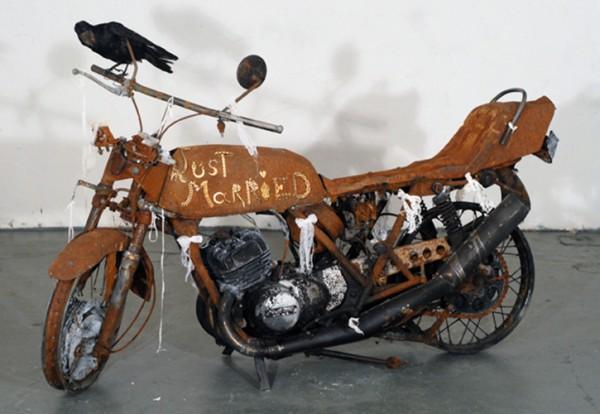 1975, 2010. Moto calcinée, bijoux, dentelles, corbeau naturalisé, 110 x 185 x 65 cm.