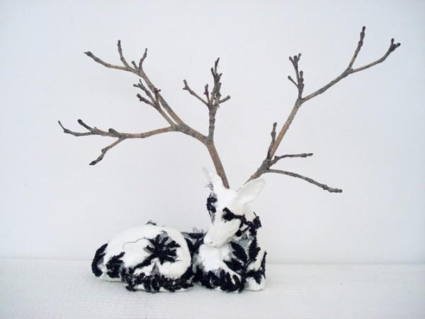 Blanche biche, 2009. Céramique laquée, broderie de jais, 30 x 40 x 10 cm.