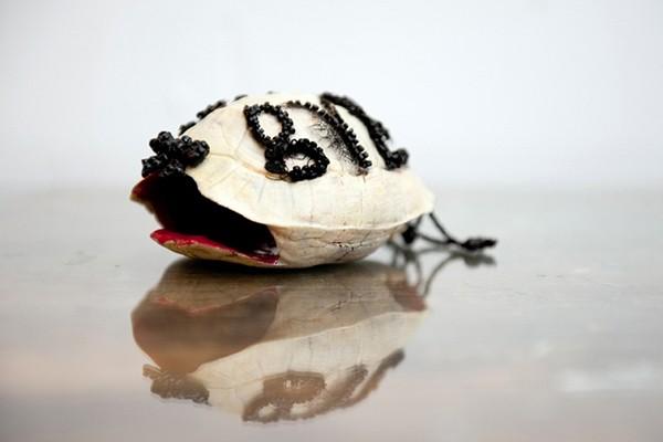 Bye bye, 2013. Carapace de tortue, broderie, peinture laquée, 13 x 5 x 7 cm.