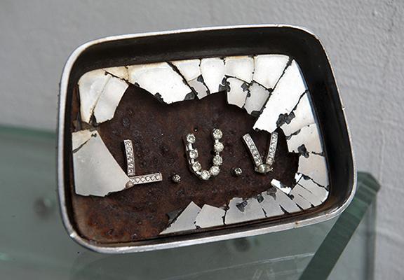 Luv, 2013. Rétroviseur et bijoux, 15 x 10 x 6 cm.