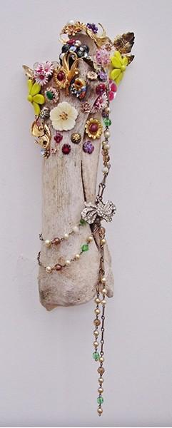 Le bouquet de la mariée #1, 2009. Bijoux sur os, 34 x 14 x 11 cm.