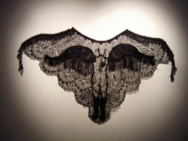 Un ange passe, 2009. Dentelles, jais, velours, 105 x 116 cm.
